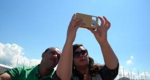 Tiroide in primo piano: Selfie con una farfalla nei Social network