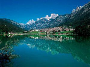 Il Cadore, dove le cime delle Dolomiti si specchiano nei laghi e nei fiumi