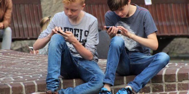 Adolescenti e smartphone: quando è il momento giusto di comprarglielo?