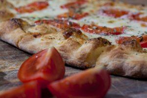 Pizza per tutti. Uniche riseve per gli allergici Non ci sono particolari controindicazioni per la pizza a meno di allergie agli ingredienti. Il binomio pomodoro/mozzarella potrebbe causare acidità e bruciori di stomaco a chi soffre di gastrite o di intestino irritabile. I diabetici, dovrebbero scegliere una pizza realizzata con farine integrali per rallentare il rilascio degli zuccheri nel sangue evitando cosi il picco glicemico. Intolleranti e allergici al glutine, devono scegliere una pizza realizzata con farine apposite.