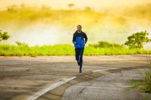 Correre all'aria aperta con la bella stagione: i benefici del running
