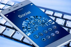 Coppie e social: includere il partner nei post salva la relazione?
