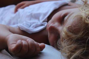 Enuresi dei bambini: quali sono le ragioni della pipì al letto?