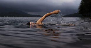 Stretto di Messina: nuotatore lo attraversa (e ricorda i pericoli dell'ictus)