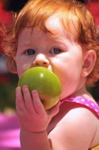 La frutta e i bambini: cibo fresco e salutare in estate, in mille colori